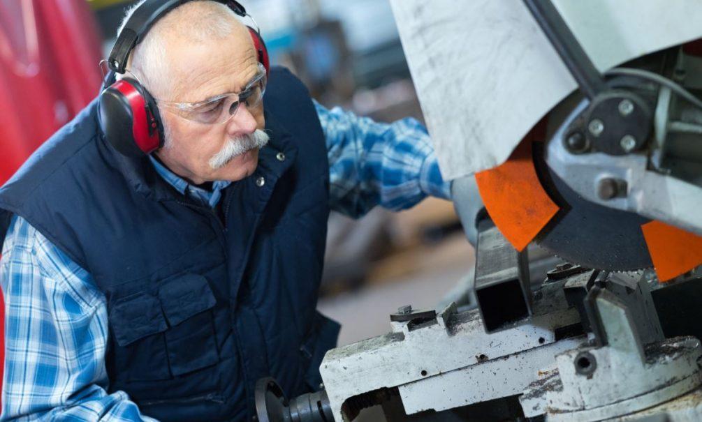 «Дадут миллиарды, а лишат триллионов»: экономист подсчитал, сколько потеряли работающие пенсионеры