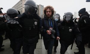 Столкновения с ОМОНом, задержание 10-летнего ребенка и Варламова: что происходит в Москве на акции в поддержку Навального