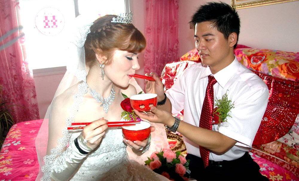 Женившийся на россиянке китаец рассказал, чем плохи русские девушки