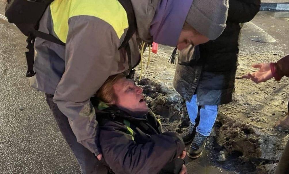 Избитая полицейским на митинге заявила, что не простила силовика
