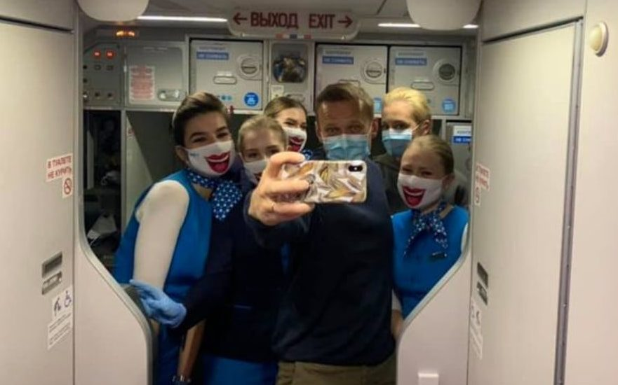 Самолет с Алексеем Навальным приземлился