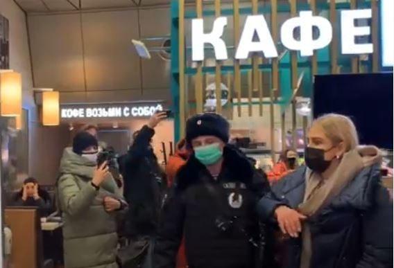 Во Внуково задерживают сторонников Навального