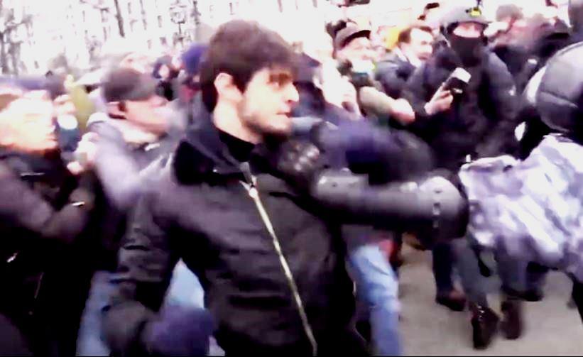 «Правая рука» Кадырова предложил сдаться молодому чеченцу, избившему омоновцев на митинге оппозиции