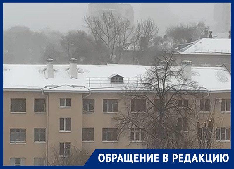 Танцующая в метель крыша дома попала на видео в Воронеже