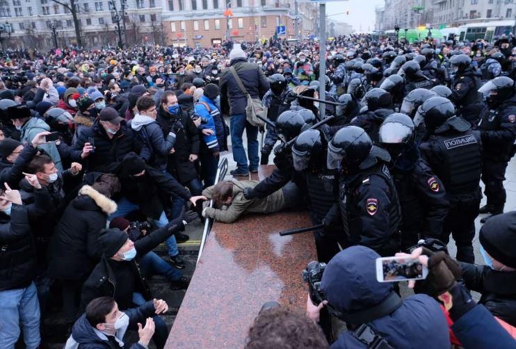 Избитые активисты и журналисты, раненные полицейские и уголовные дела: как в России прошли акции протеста 23 января