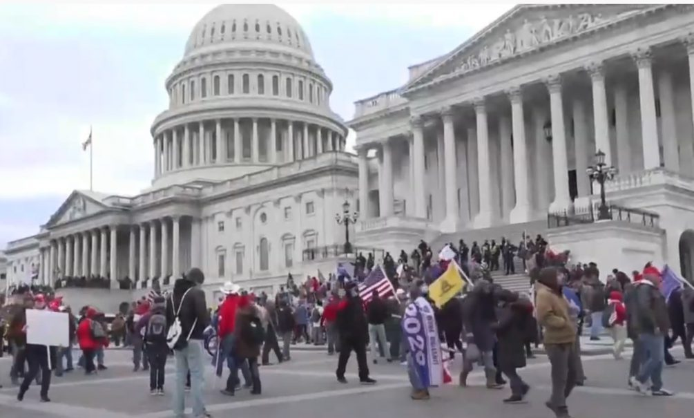 В США революция – сторонники Трампа штурмом взяли Капитолий