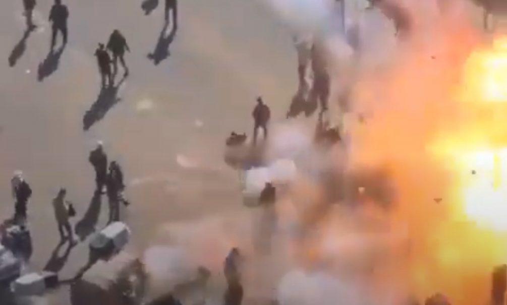 Камера сняла двойной теракт в центре Багдада. Десятки людей разорвало на части