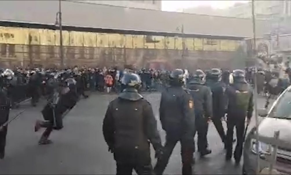 Во Владивостоке ОМОН жестко разгоняет протестующих. Те отвечают кулаками