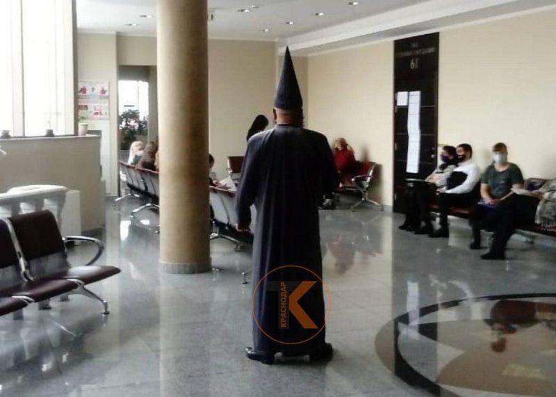 Мужчину в костюме волшебника выгнали из суда в Краснодаре