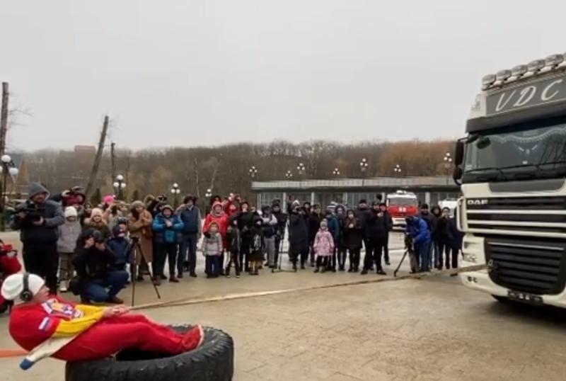 Женщина сдвинула 15-тонный автопоезд в Железноводске и попала на видео