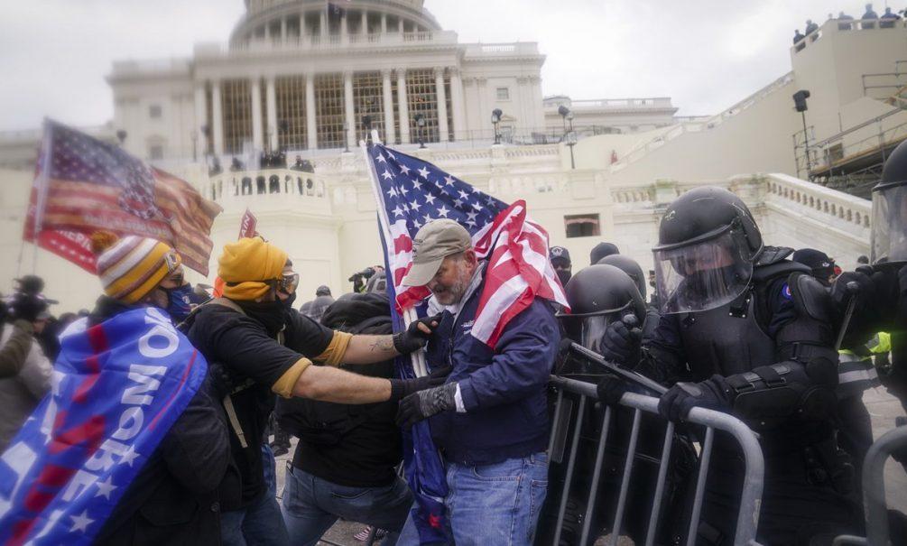 Четыре человека погибли в ходе штурма здания Капитолия в Вашингтоне