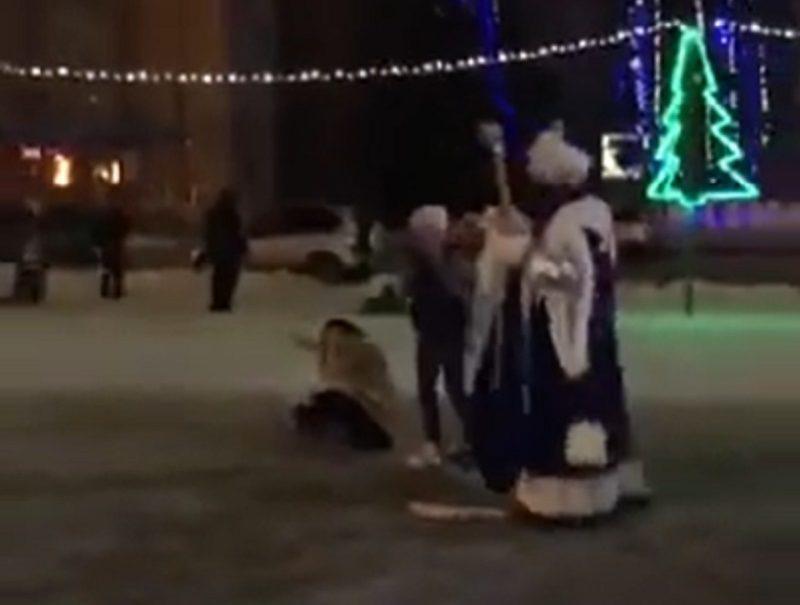 Дед Мороз нокаутировал женщину у новогодней елки в Воронежской области