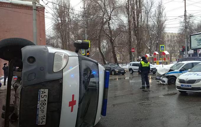 В Саратове полицейские, ехавшие на разгон протеста, врезались в скорую. Пациент погиб