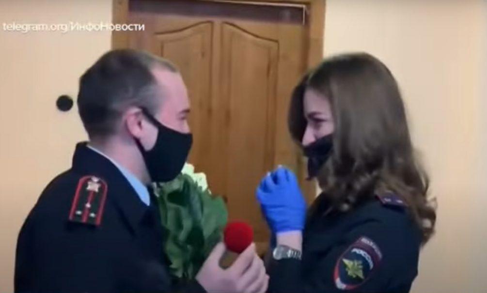 Романтика в погонах: кузбасский полицейский сделал коллеге предложение прямо на совещании