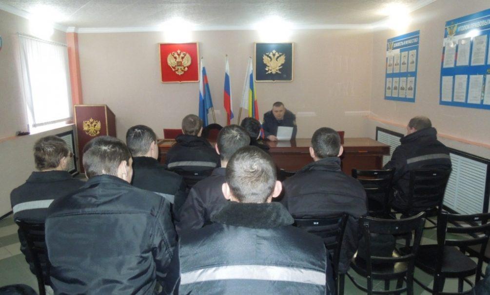 Baza: инспектор ФСИН принес в колонию наркотики и угостил зэков, один погиб