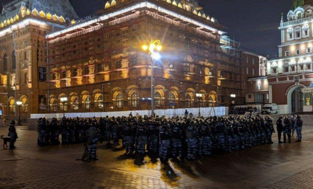 Это будет тяжелая ночь: сторонников Навального задерживают в центре Москвы и Петербурга