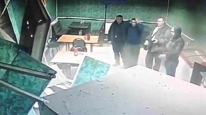 Чудесное спасение посетителей воронежского кафе, чью стену пробил МАЗ, попало на видео