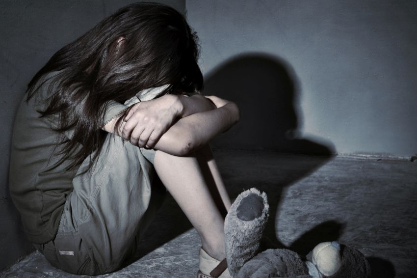 В Ленобласти девочка обвинила отчима-дагестанца в том, что он пять лет ее насиловал. Мужчина сбежал