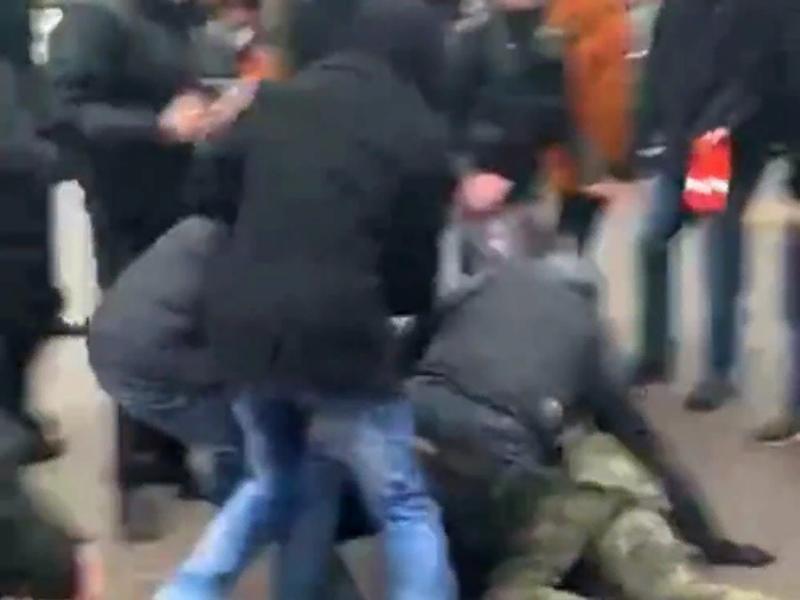 Драка толпы митингующих с полицейским попала на видео в Воронеже