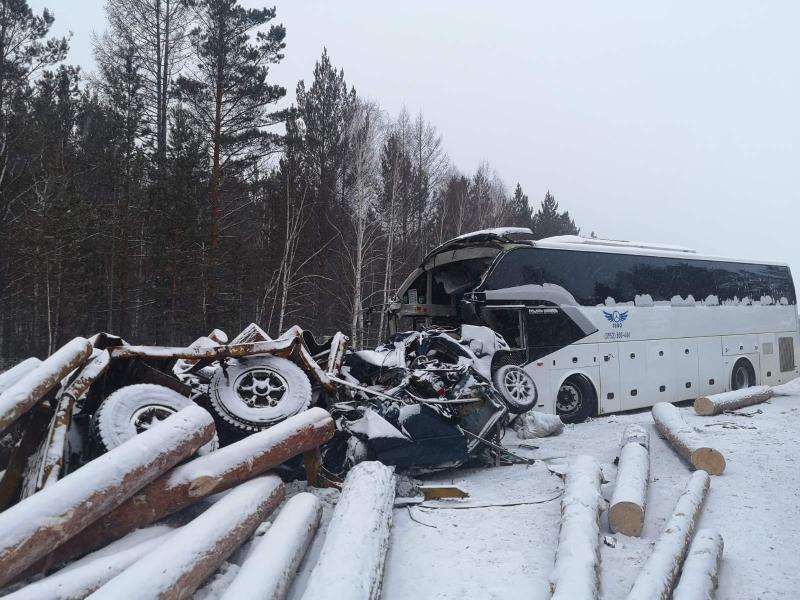 Машины всмятку: в страшном ДТП в Иркутской области погибли пять человек
