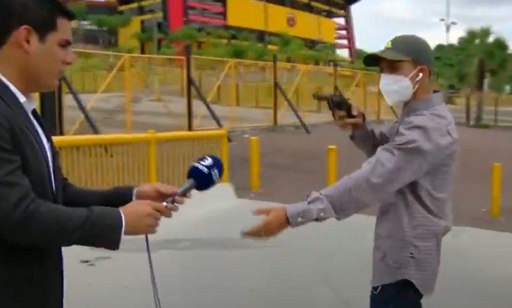 Мужчина с пистолетом ограбил эквадорских журналистов в прямом эфире