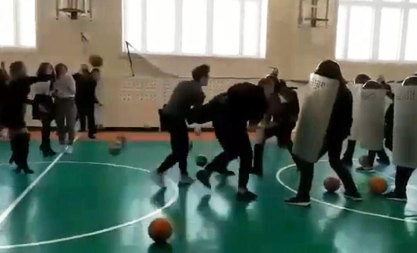В Нижневартовске полицейские сыграли со школьниками в ОМОН и митингующих