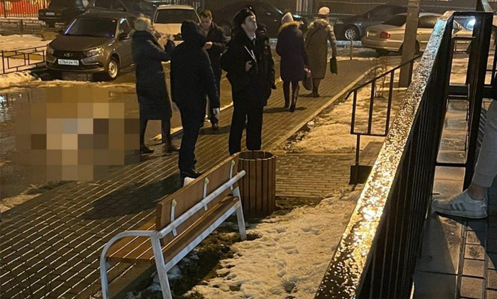 В Воронеже студент выпал из окна прямо на коляску с грудничком. Оба погибли