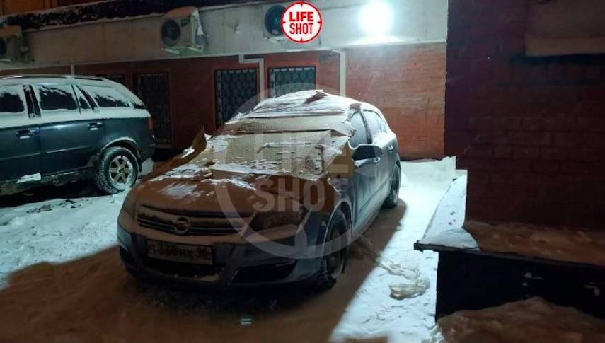 """В Москве школьница упала с 13 этажа и выжила, """"приземлившись"""" на автомобиль"""