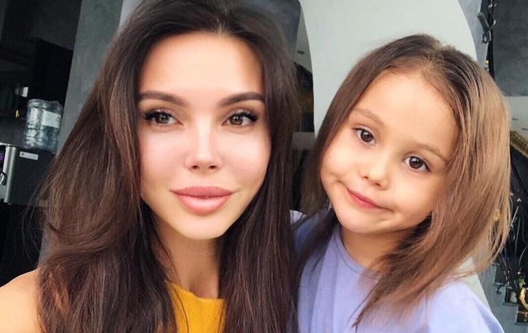 «Лея обожает смотреть накровь»: Оксана Самойлова сделала «уколы красоты» при 6-летней дочери