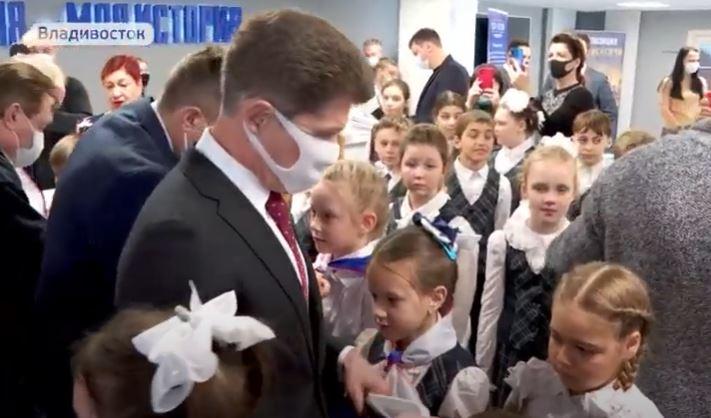 Выращивают электорат с пеленок? Губернатор Приморья принял школьников в пионеры, чтобы сделать их единороссами