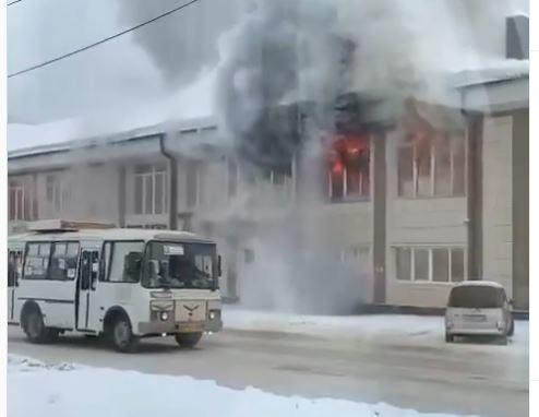На Алтае водитель спас людей, подогнав автобус к окнам горящего ТЦ