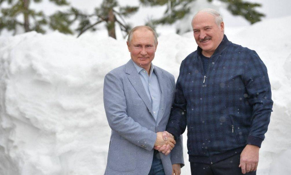 """На встрече с Путиным Лукашенко похвалил """"Спутник V"""" и сообщил, когда ждать белорусскую вакцину"""