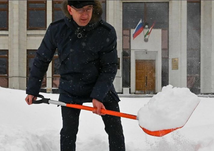 «Лопату в руки и вперед!»: калужский губернатор предложил жителям обойтись без коммунальщиков