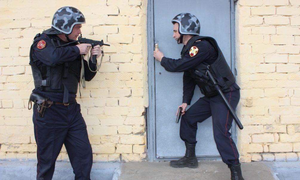 Москвич с нелегальным арсеналом оружия из элитного коттеджа открыл огонь по росгвардейцам