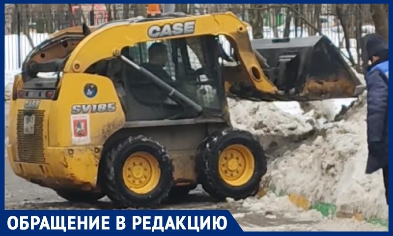 """ГБУ """"Жилищник"""" уничтожил кустарники на детской площадке при уборке снега, рассказали москвичи"""