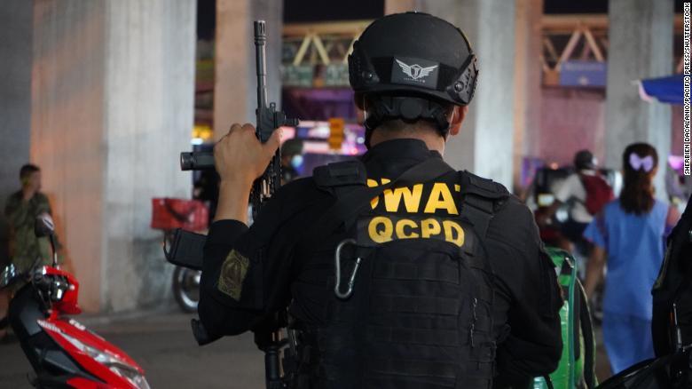 Тупой и еще тупее: филиппинские копы по ошибке расстреляли друг друга