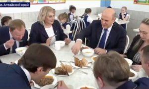 Мишустин не побоялся отравиться и пообедал в школьной столовой, вспомнив культовую комедию