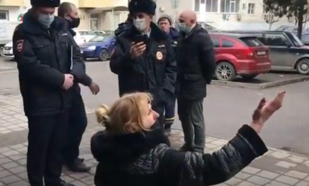Владелица ларька в Краснодаре умоляла полицию и чиновников не сносить его, стоя на коленях