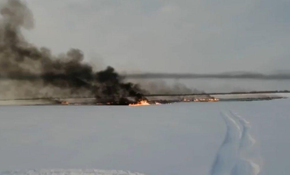 Река Обь горит после прорыва трубопровода