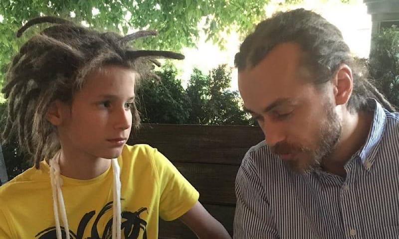 «Постоянно тусуется на могиле отца»: сын Децла сообщил, что неизвестный преследует семью рэпера