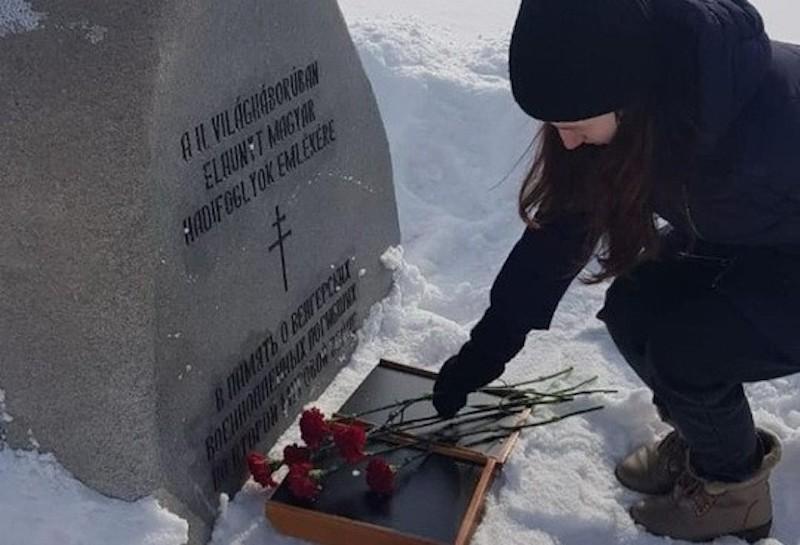 В Орске единороссы провели акцию «Защити память героев», возложив цветы на могилу гитлеровских солдат