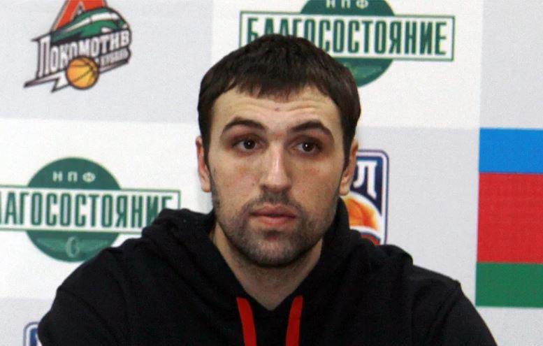 В Москве таксист сбил известного российского баскетболиста и прокатил его на капот