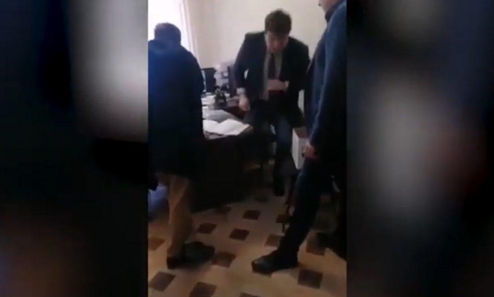 Адыгейский чиновник избил местного жителя за вопрос о благоустройстве. Тот снял всё на видео