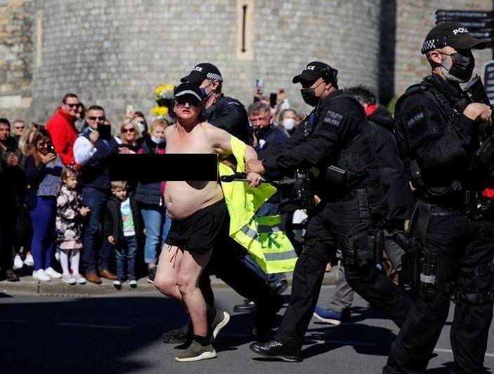 На похоронах принца Филиппа выступила голая экоактивистка
