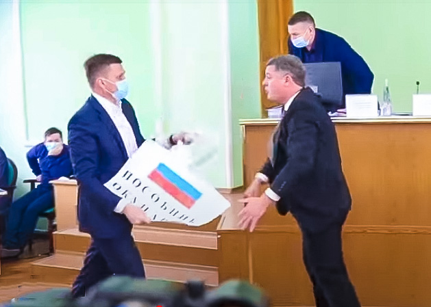Украинские депутаты подрались из-за российского флага