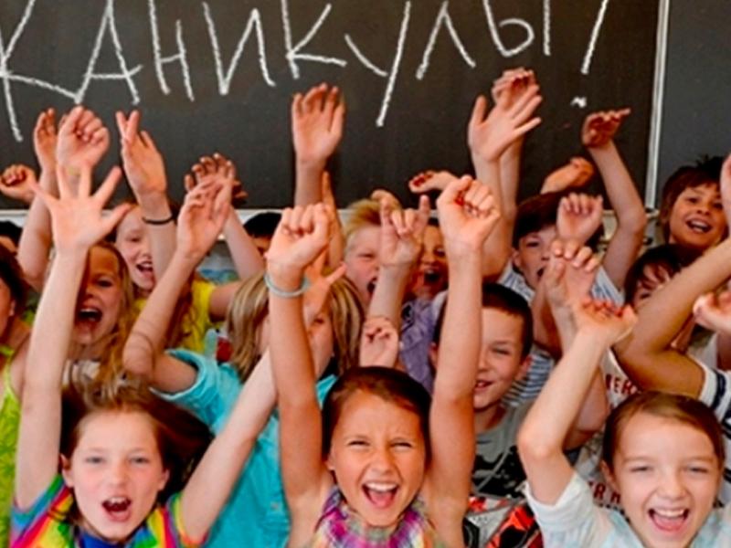 Российские школы отправили на каникулы. В детсадах откроют дежурные группы