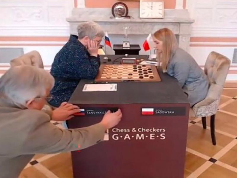 У россиянки сняли со стола флаг РФ во время финала чемпионата мира по шашкам