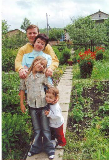 Архивное фото: Дмитрий Азаров, супруга Эллина, старшая дочь Полина и младшая - Алёна