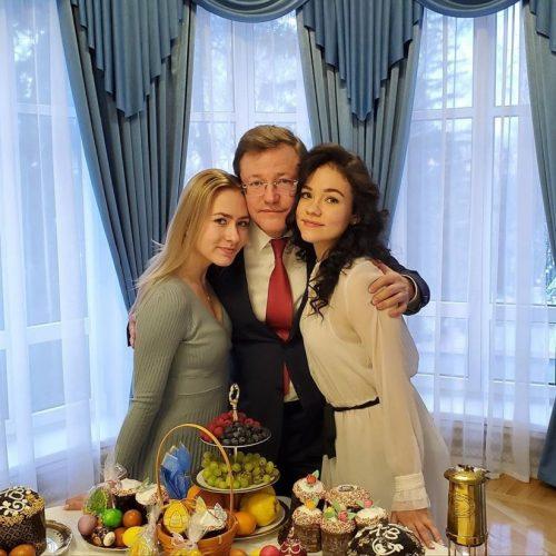Слева направо: Полина Азарова (старшая дочь губернатора Самарской области Дмитрия Азарова), Дмитрий Азаров, Алёна Азарова (младшая дочь)