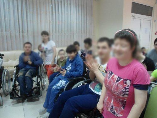 На фотографиях, опубликованных на официальном сайте пансионата, дети выглядят довольными и счастливыми